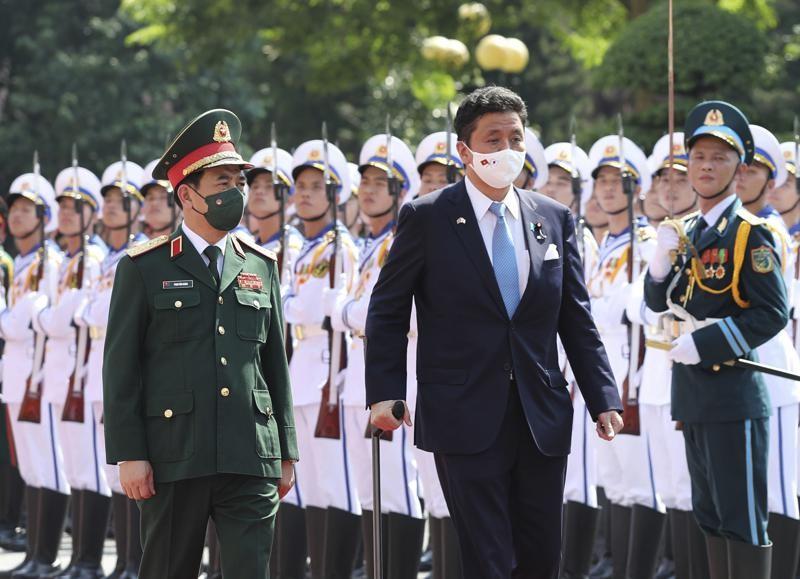 日本防衛大臣岸信夫昨(11)日到訪越南,與該國國防部長潘文江會談。(圖/美聯社)