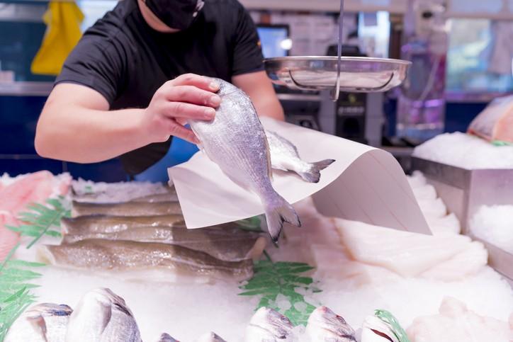 大部分海鮮都可能會有「創傷弧菌」,若不慎被刺傷可能會引發感染。(示意圖/Getty Images)