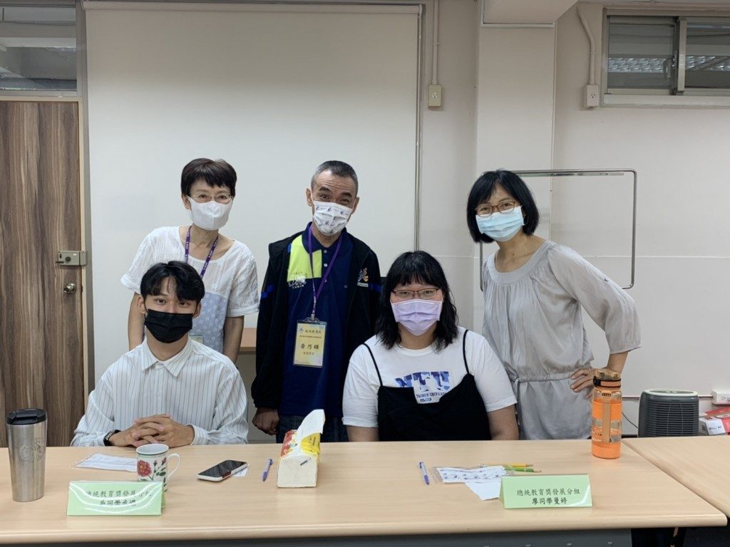 廖曼婷(右二)在今年訪視時談到社工工作讓她感覺很有價值(左前一為吳承嶸)。(照片來源:新北市教育局提供)