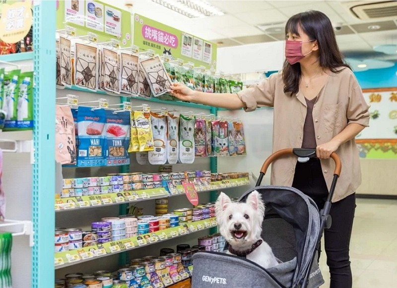 7-Eleven launches select shops featuring pet products. (7-Eleven photo)