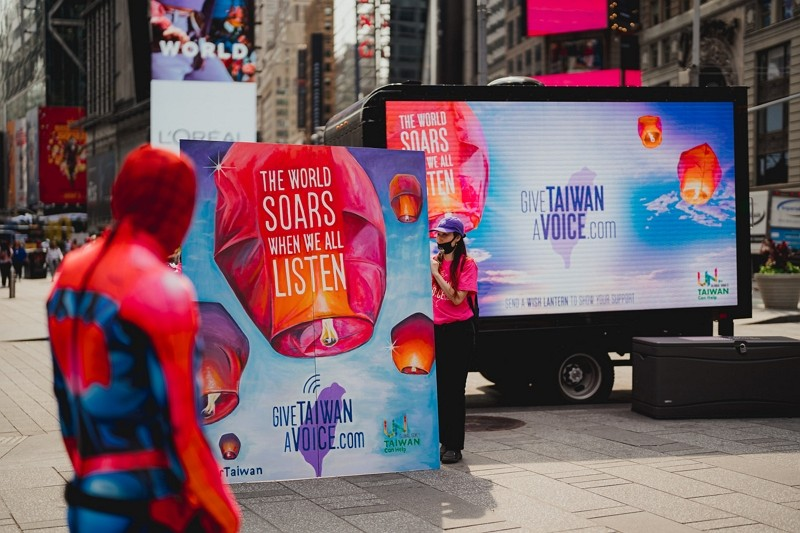 Sky lanterns 'released' in Times Square promoting Taiwan's inclusion in UN. (TECO photo)