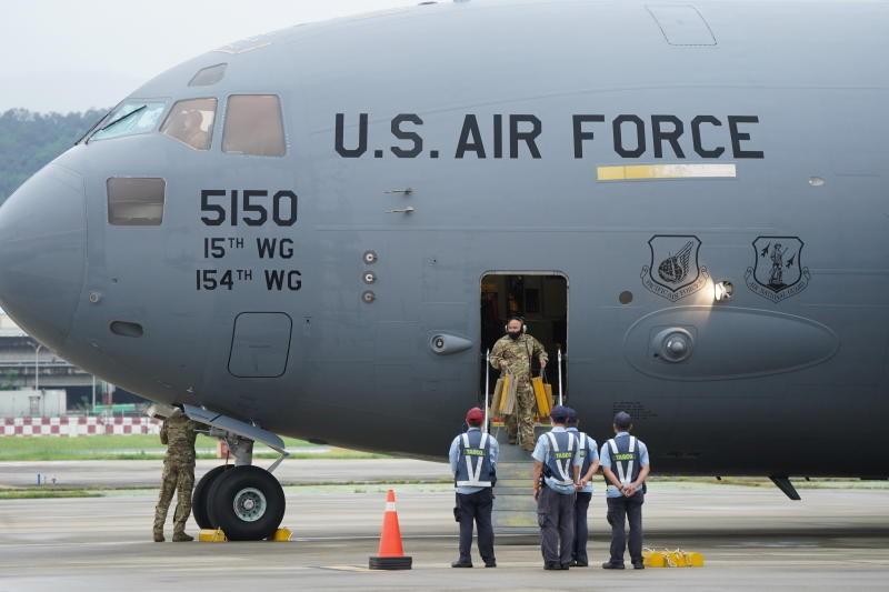 US Air Force C-17 Globemaster III carrying US senatorsarrives at Taipei Songshan Airport on June 6, 2021. (Reuters photo)