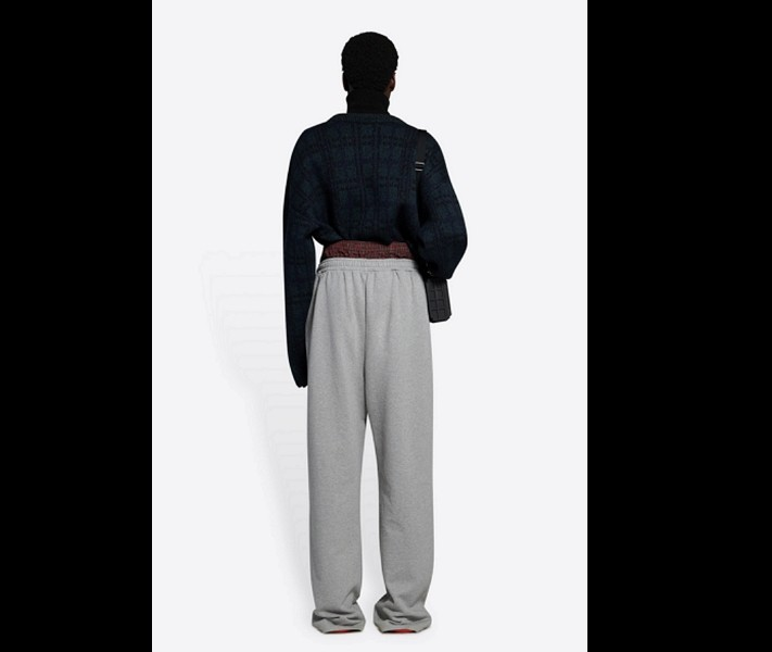 爭議「露內褲」褲款(巴黎世家網站截圖)