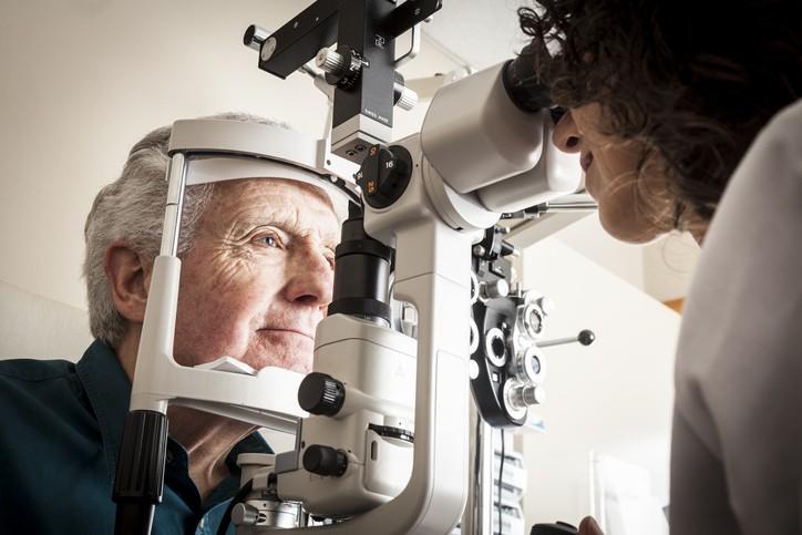 根據美國研究發現,透過「視網膜檢測」可一窺是否罹患阿茲海默症。(示意圖/Getty Images)