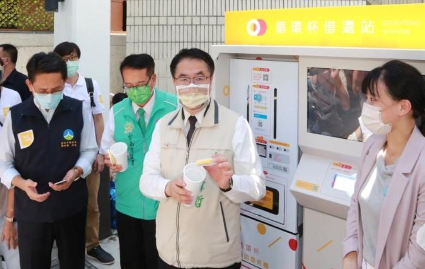 Tainan mayor using Good to Go machine. (Tainan City Government photo)