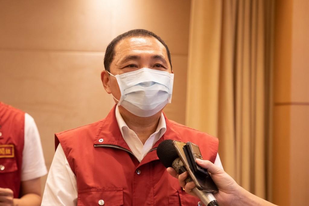新北市長侯友宜(圖)宣布,16日起恢復餐廳內用,並開放公有運動、藝文場館。