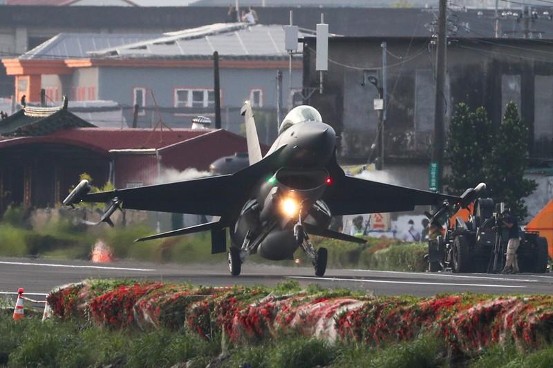 國軍漢光37號演習佳冬戰備跑道戰機起降15日清晨登場,圖為F-16V戰機順利降落。 中央社