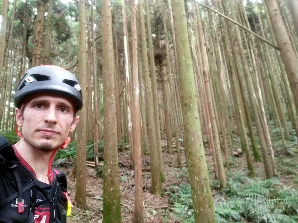 來自捷克的Petr Novotny前往高台山協尋失蹤男子,並每天拍照報平安。(圖/中央社)