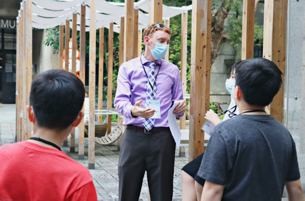 An AIT diplomat teaches students how tobe tourist guides in Taipei.(Songshan Cultural and Creative Park photo)