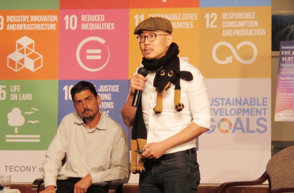 Chiu Chen-yu (right) speaks in New York about his experiences with Syrian refugees. (CNA, TECO New York photo)