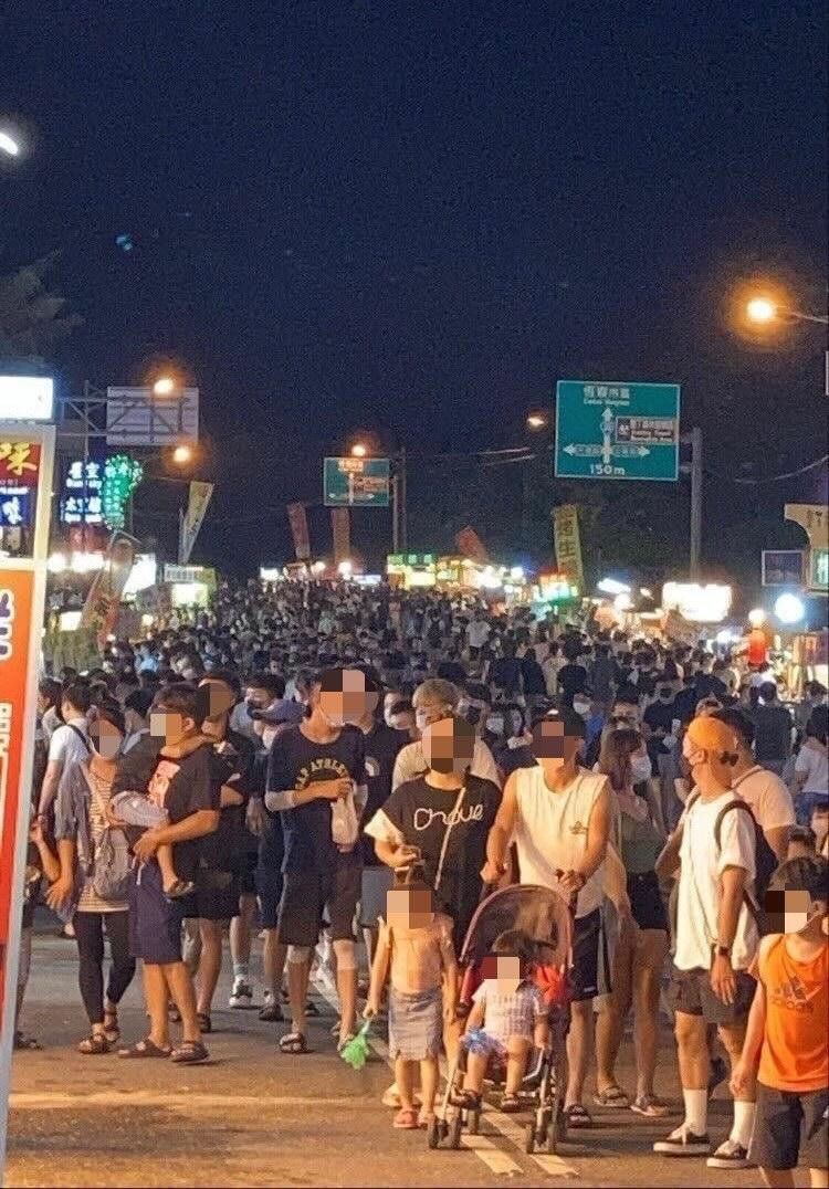 Photo of the Day: Huge crowds seen in Taiwan's Kenting over Mid-Autumn Festival