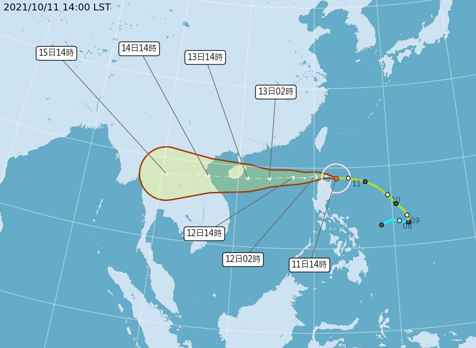 颱風「圓規」目前中心在鵝鑾鼻東南方海面,向西移動,正逐漸進入巴士海峽南端。(氣象局提供)