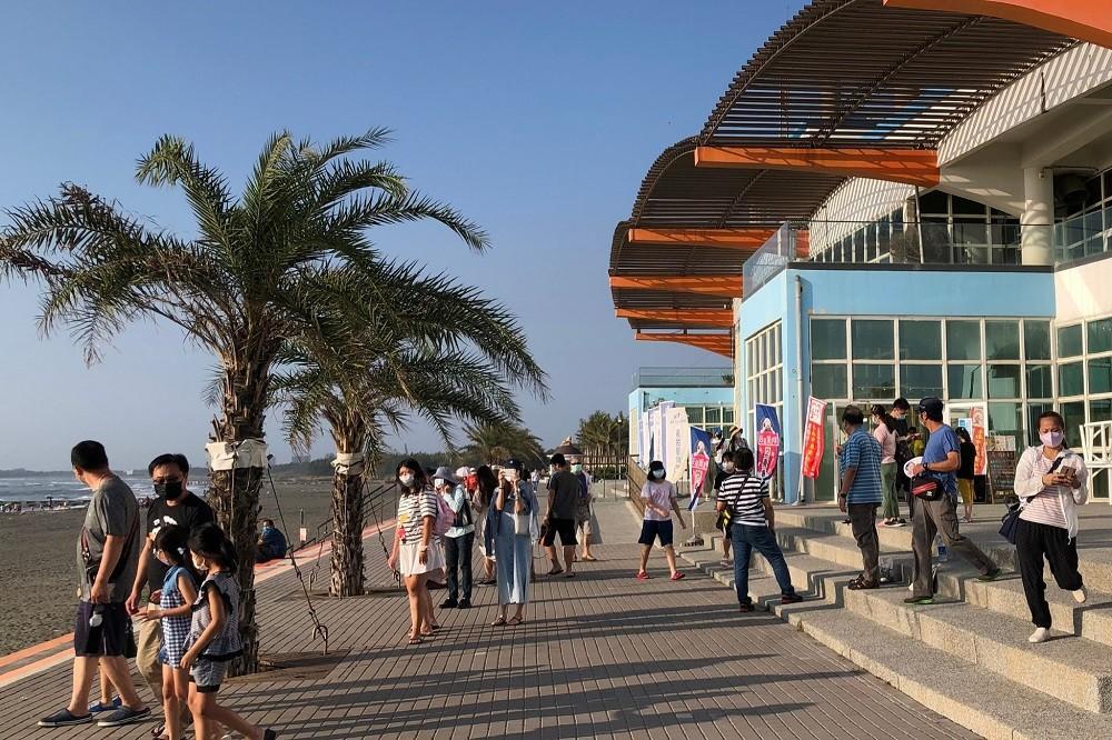 示意照為台南市黃金海岸,國慶連假期間不少遊客前往觀賞海景。台南市政府提供)中央社