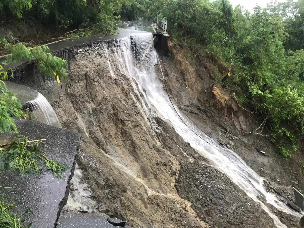 A road collapsed during heavy rain in Ruisui, Hualien County. (CNA, Ruisui Township Government photo)