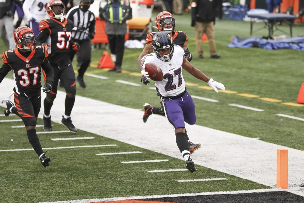 Baltimore Ravens running back J.K. Dobbins (27) dashes past Cincinnati Bengals cornerback Jalen Davis (37) and the rest of the defense for a touchdown...
