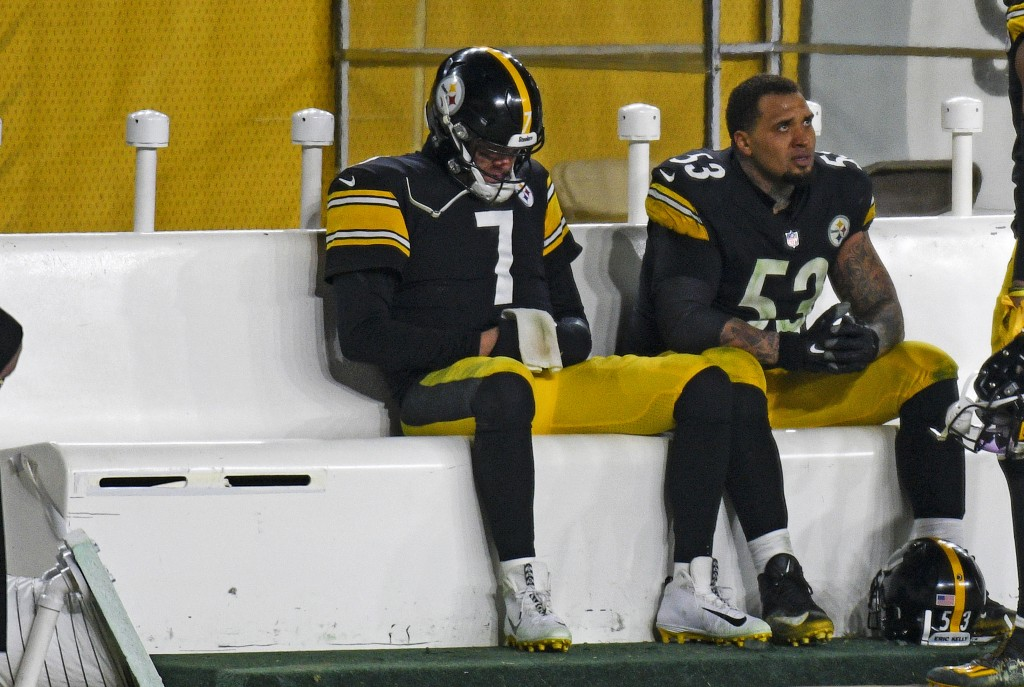 Pittsburgh Steelers quarterback Ben Roethlisberger (7) sits on the bench next to center Maurkice Pouncey (53) following a 48-37 loss to the Cleveland ...