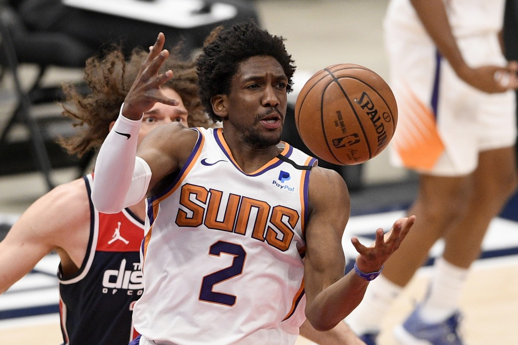 Phoenix Suns guard Langston Galloway (2) reaches for the ball in front of Washington Wizards center Robin Lopez, back, during the first half of an NBA...