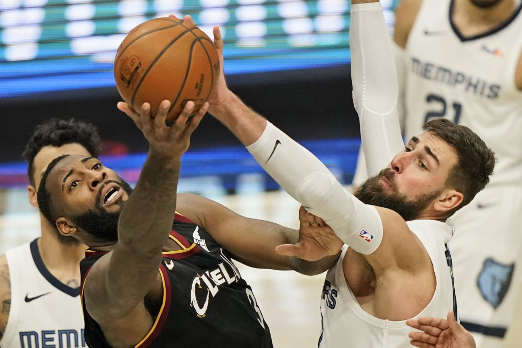 Cleveland Cavaliers' Andre Drummond, left, and Memphis Grizzlies' Jonas Valanciunas, right, battle for the ball in the second half of an NBA basketbal...