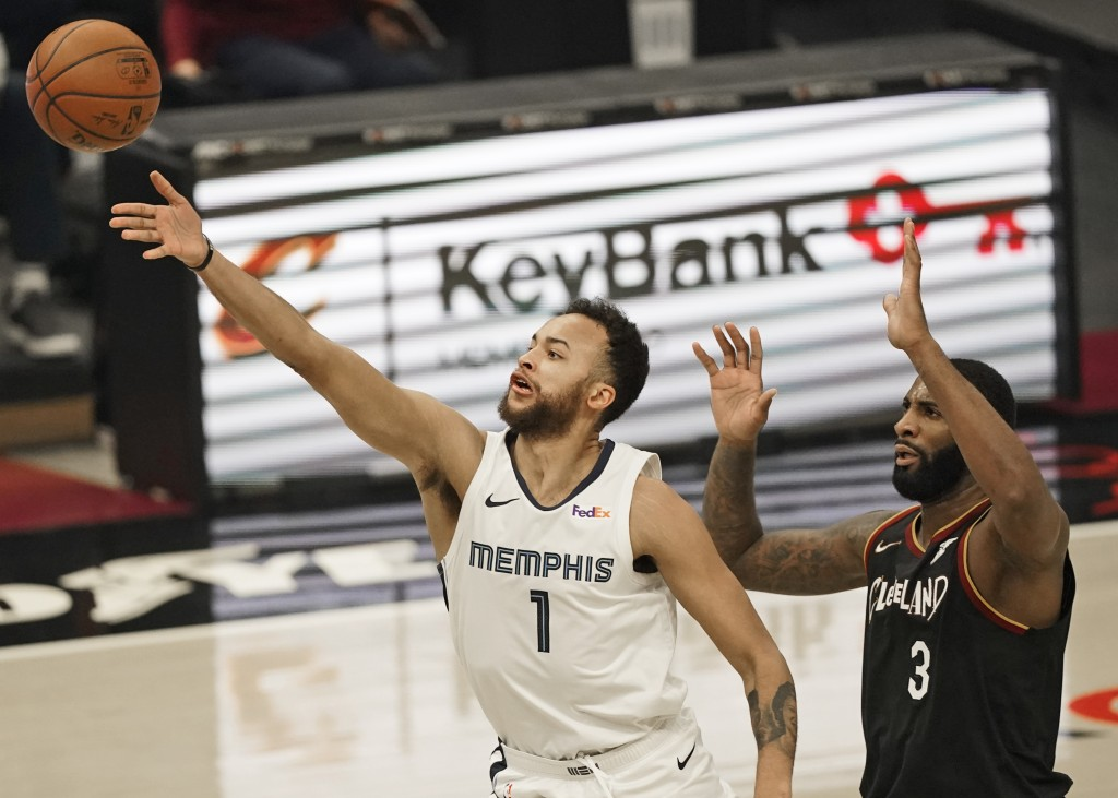 Memphis Grizzlies' Kyle Anderson (1) drives to the basket against Cleveland Cavaliers' Andre Drummond (3) in the first half of an NBA basketball game,...