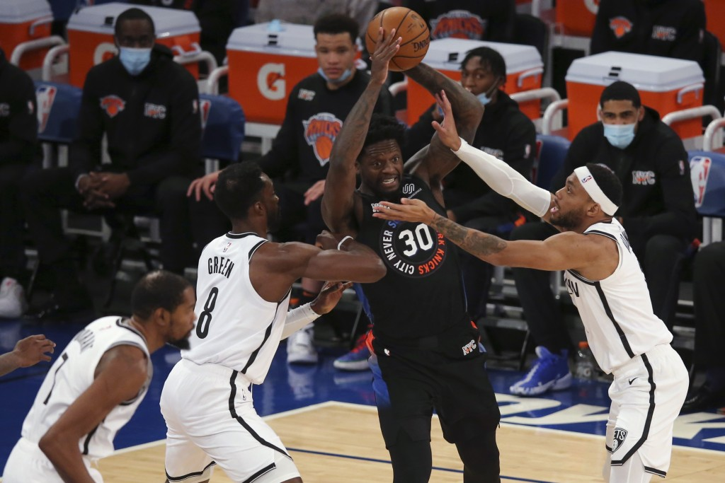 New York Knicks forward Julius Randle (30) looks to pass the ball while defended by Brooklyn Nets forward Jeff Green (8) and guard Bruce Brown, right,...