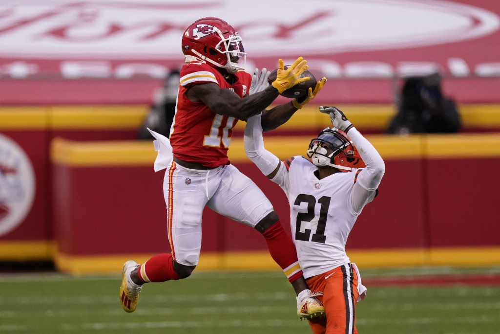 Kansas City Chiefs wide receiver Tyreek Hill makes a catch over Cleveland Browns cornerback Denzel Ward (21) during the second half of an NFL division...