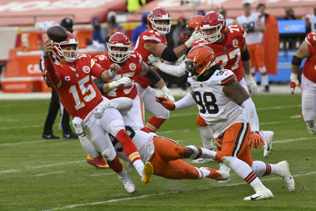Kansas City Chiefs quarterback Patrick Mahomes (15) throws a pass in front of Cleveland Browns defensive tackle Sheldon Richardson, right, during the ...