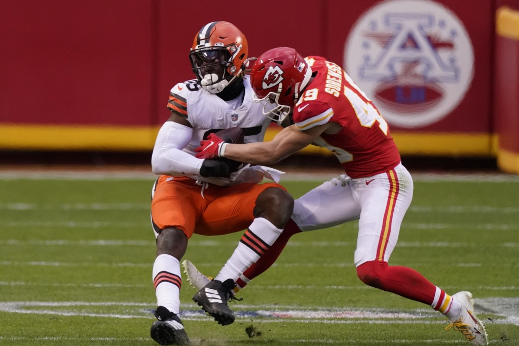 Cleveland Browns tight end David Njoku, left, is tackled by Kansas City Chiefs safety Daniel Sorensen, right, after catching a pass during the second ...