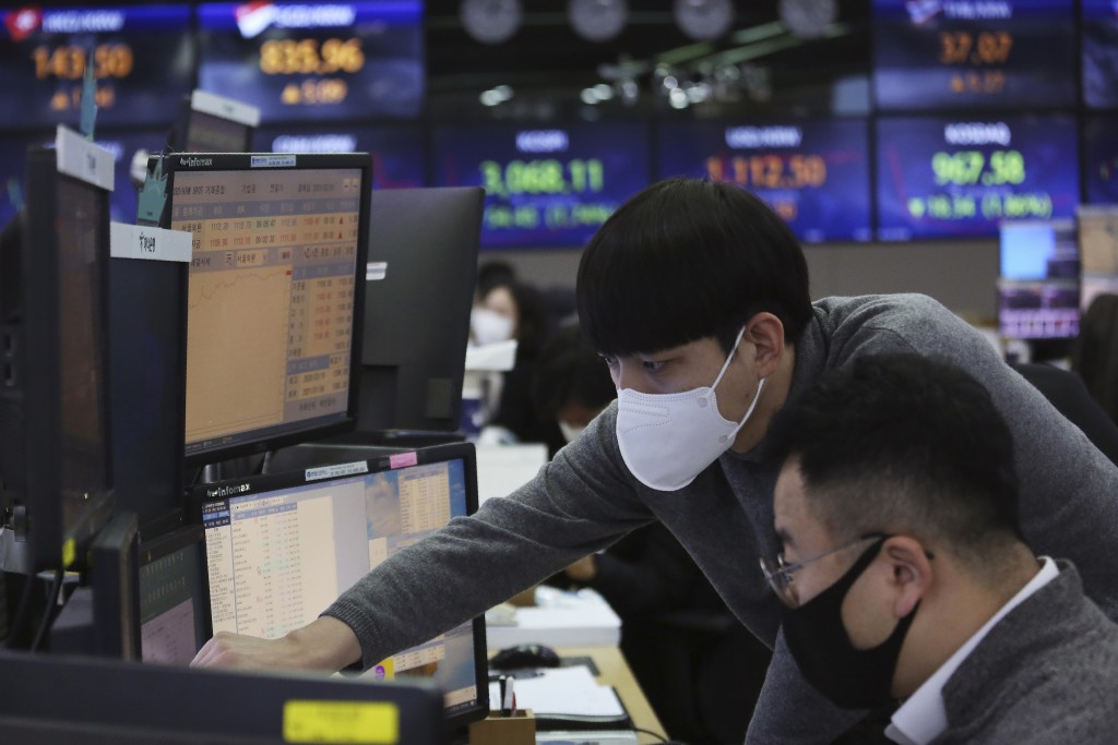 Currency traders watch monitors at the foreign exchange dealing room of the KEB Hana Bank headquarters in Seoul, South Korea, Thursday, Jan. 28, 2021....