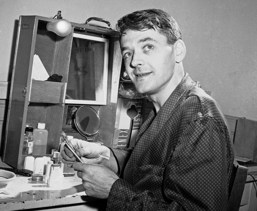 "FILE - Actor Hal Holbrook, who plays Mark Twain in ""Mark Twain Tonight!"" appears in his dressing room in New York on April 10, 1959. Holbrook died on ..."