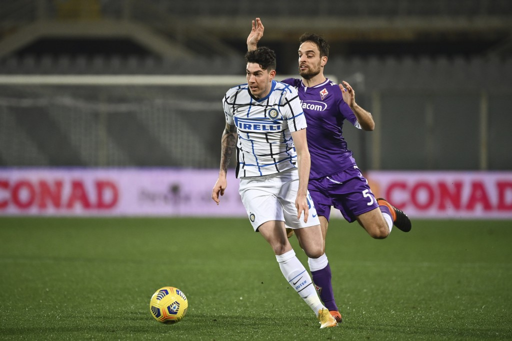 Inter Milan's Alessandro Bastoni, left, competes for the ball with Fiorentina's Giacomo Bonaventura during the Serie A soccer match between Fiorentina...
