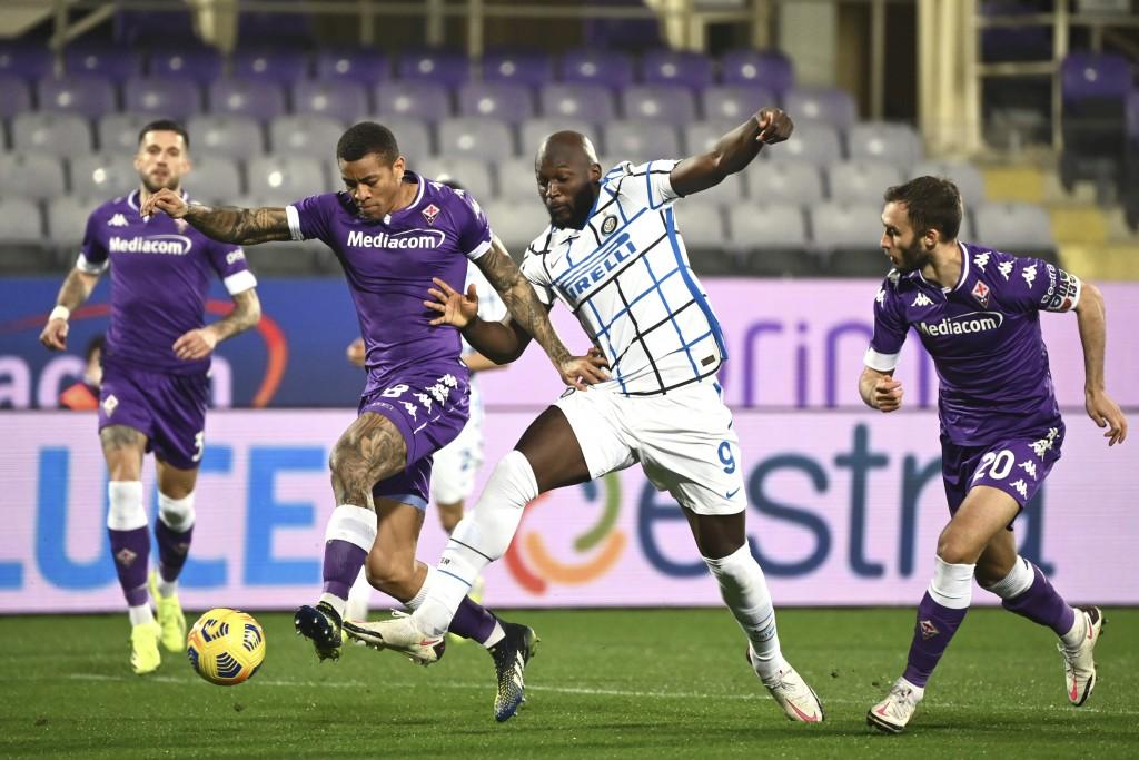 Inter Milan's Romelo Lukaku and Fiorentina's Igor, left, vie for the ball during the Serie A soccer match between Fiorentina and Inter Milan, at the A...