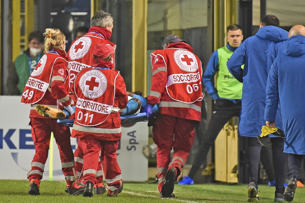 Napoli's Victor Osimhen is carried away on a stretcher during a Serie A soccer match between Atlanta and Napoli, in Bergamo's Atleti Azzurri d'Italia ...