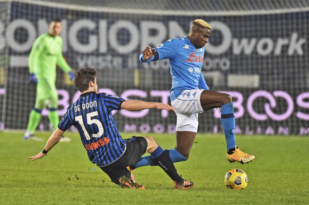Atalanta's Marten de Roon, left, vies for the ball with Napoli's Victor Osimhen during a Serie A soccer match between Atlanta and Napoli, in Bergamo's...