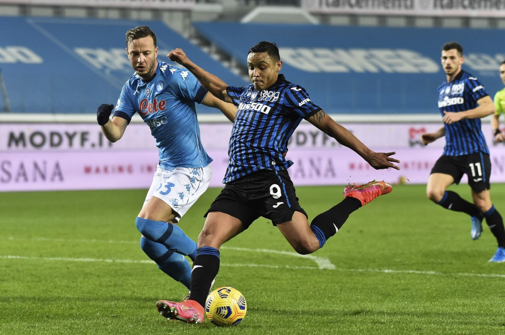 Atalanta's Luis Muriel, right, shoots to score his side's third goal during a Serie A soccer match between Atlanta and Napoli, in Bergamo's Atleti Azz...