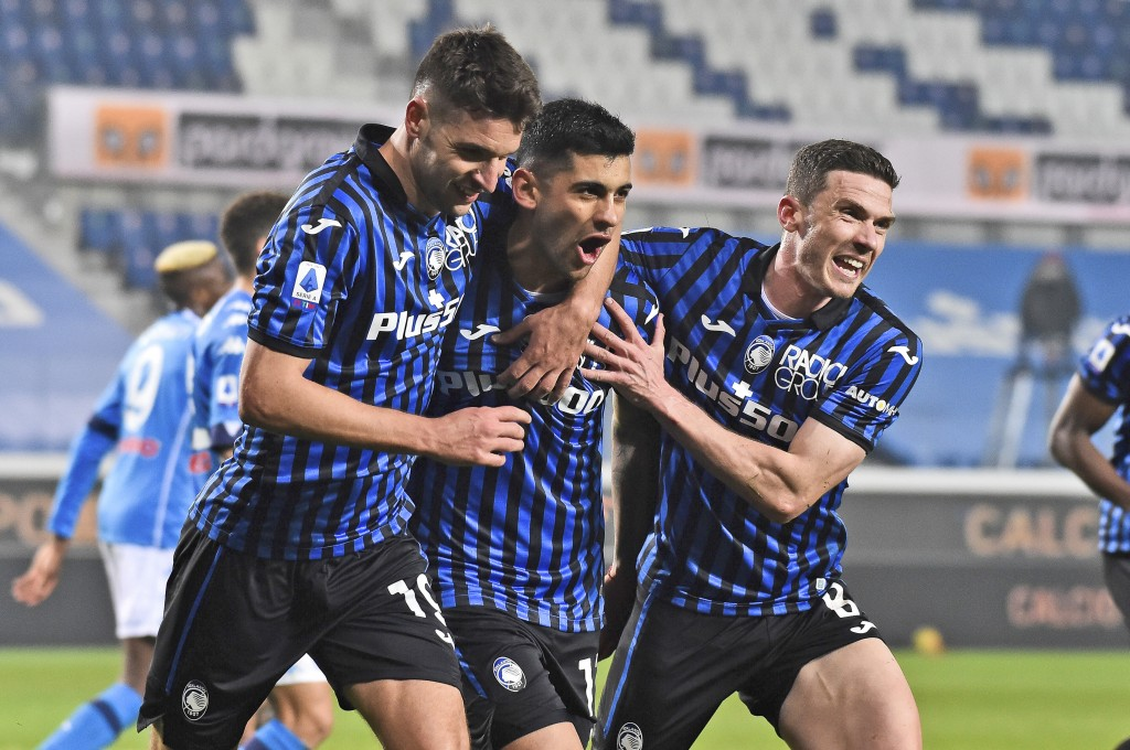 Atalanta's Cristian Romero, center, celebrates with teammates after scoring his side's fourth goal during a Serie A soccer match between Atalanta and ...