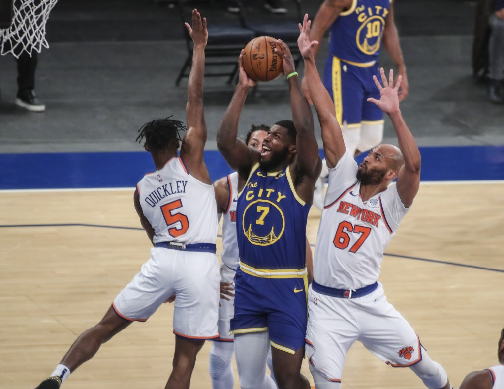 Golden State Warriors forward Eric Paschall (7) is defended by New York Knicks guard Immanuel Quickley (5) and center Taj Gibson (67) during the first...