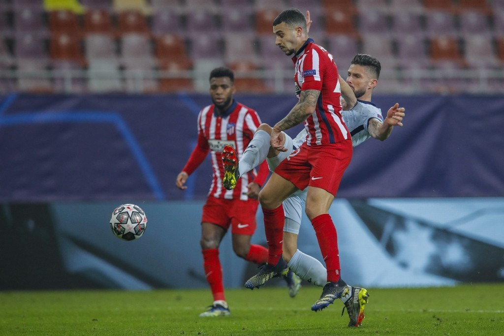 Chelsea's Olivier Giroud, right, fights for the ball with Atletico Madrid's Mario Hermoso during the Champions League, round of 16, first leg soccer m...