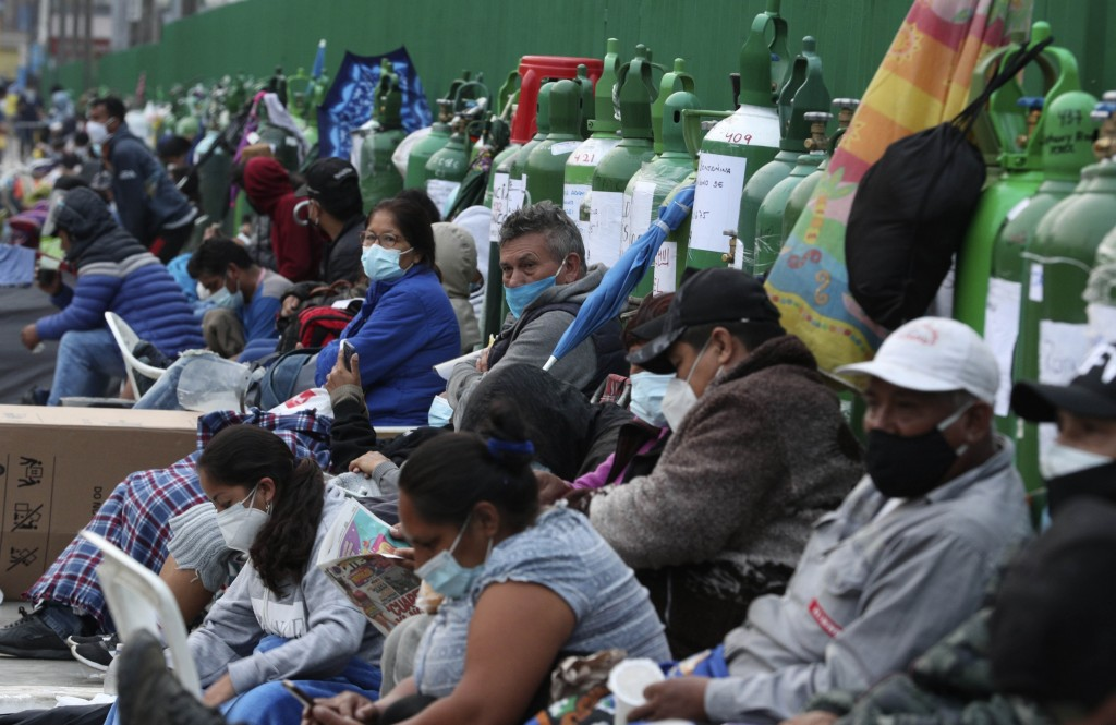 Peruvians wait outside to replenish oxygen canisters.