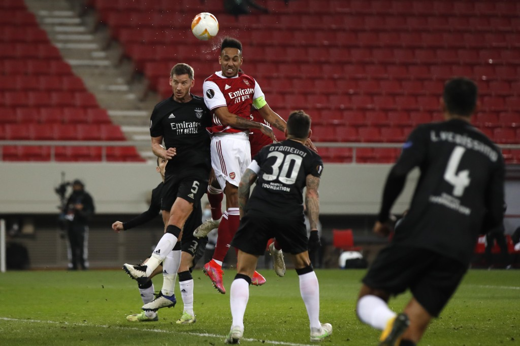 Arsenal's Pierre-Emerick Aubameyang, second right, jumps for a header with Benfica's Jan Vertonghen during the Europa League round of 32, second leg, ...