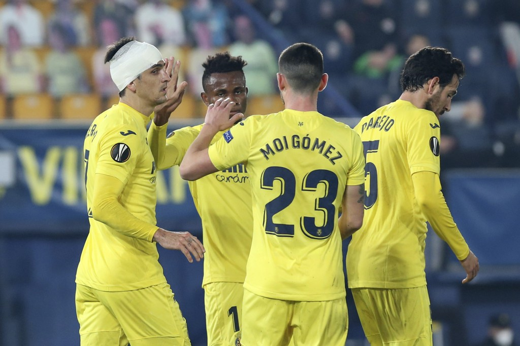 Villareal's Gerard Moreno, left, celebrates after scoring his side's second goal from the penalty spot during the Europa League round of 32 second leg...