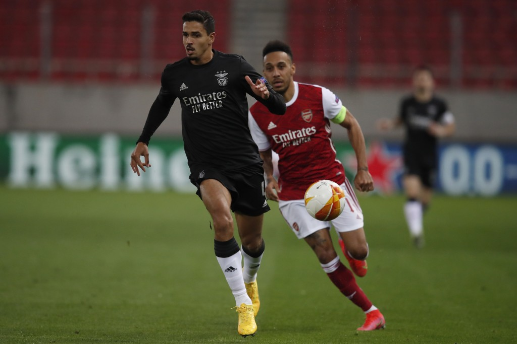 Benfica's Lucas Verissimo, left, runs for the ball in front of Arsenal's Pierre-Emerick Aubameyang during the Europa League round of 32, second leg, s...