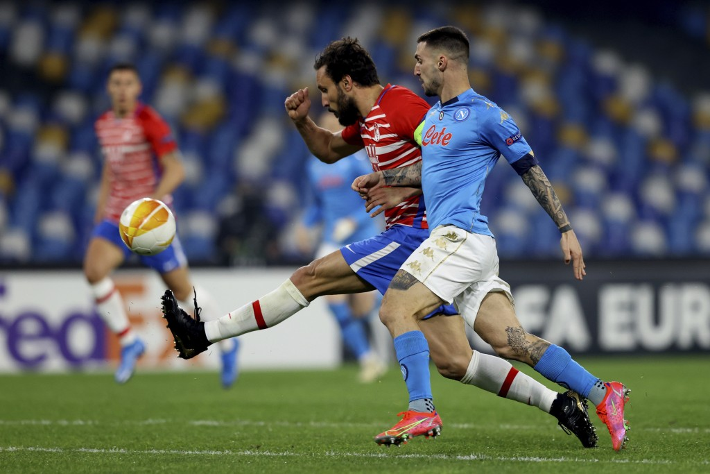 Napoli's Matteo Politano, right, and Granada's German vie for the ball during the Europa League, round of 32, return match between Napoli and Granada,...