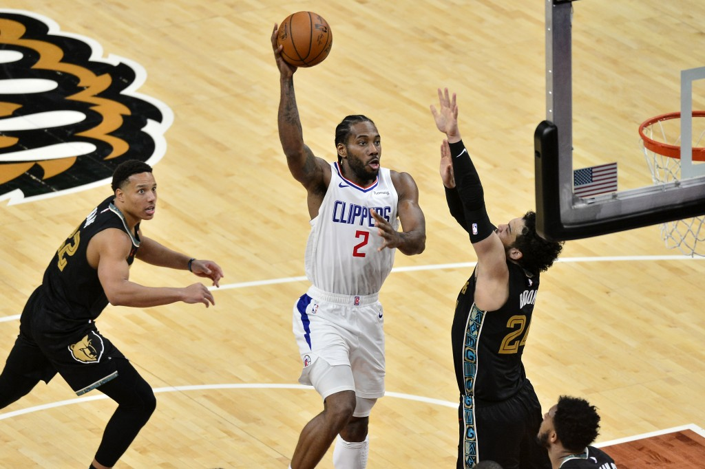 Los Angeles Clippers forward Kawhi Leonard (2) shoots between Memphis Grizzlies guards Dillon Brooks (24) and Desmond Bane (22) during the second half...