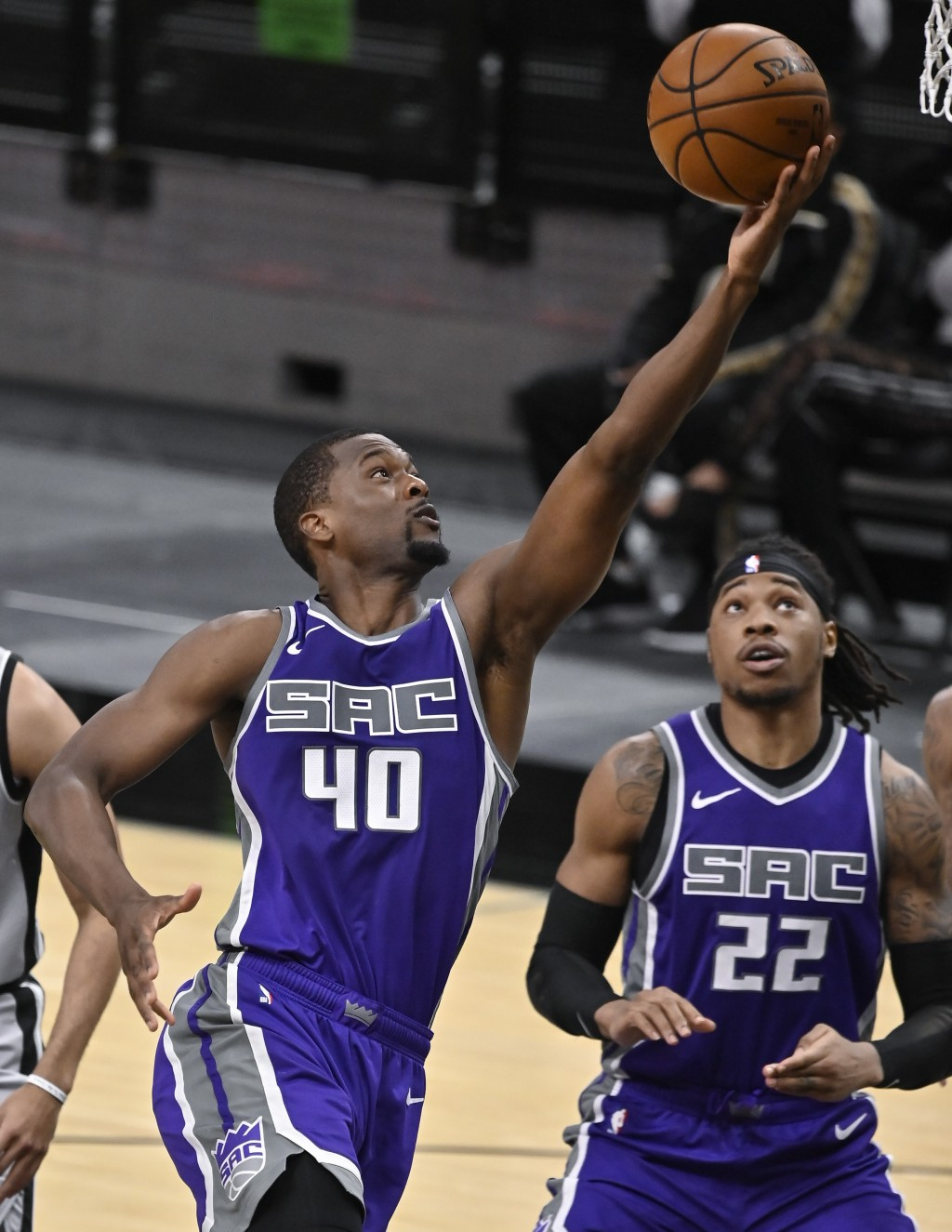 Sacramento Kings' Harrison Barnes (40) shoots as teammate Richaun Holmes looks on during the second half of an NBA basketball game against the San Ant...