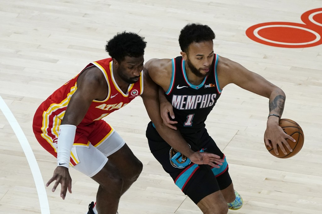Memphis Grizzlies forward Kyle Anderson (1) works against Atlanta Hawks forward Solomon Hill (18) in the first half of an NBA basketball game Wednesda...