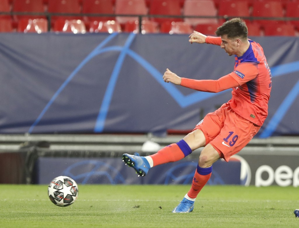 Chelsea's Mason Mount scores his side's opening goal during the Champions League, first leg, quarterfinal soccer match between FC Porto and Chelsea at...