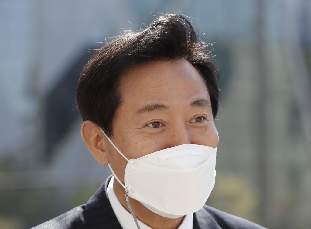 Seoul Mayor Oh Se-hoon wearing a face mask as a precaution against the coronavirus walks in downtown Seoul, South Korea, Thursday, April 8, 2021. Sout...