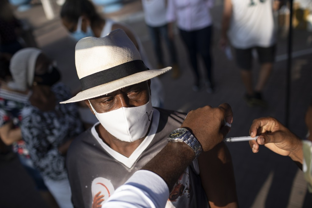 圖為巴西民眾施打中國科興疫苗。(美聯社)