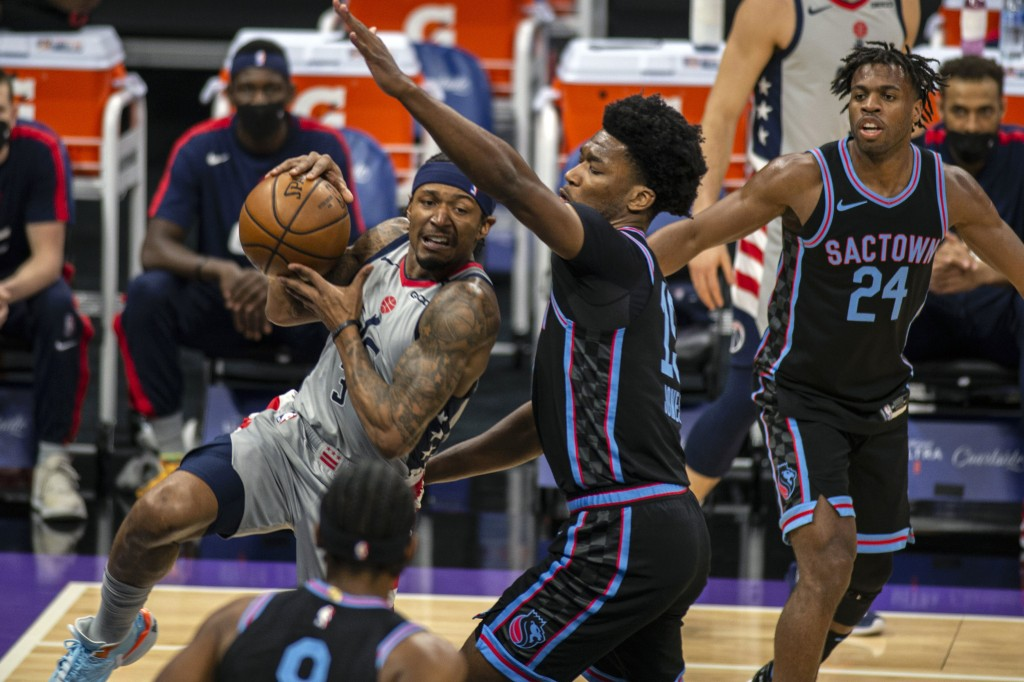 Washington Wizards guard Bradley Beal (3) drives to the basket as he's defended by Sacramento Kings center Damian Jones (15) during the first quarter ...