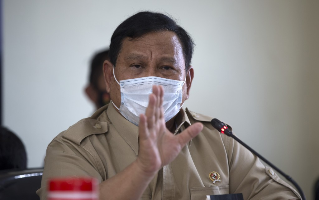 Indonesian Defense Minister Prabowo Subianto talks to media during a press conference regarding a missing navy submarine in Bali, Indonesia,Thursday, ...